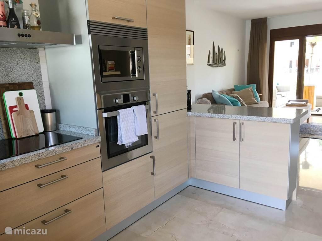 keuken met vaatwasser, oven en magnetron