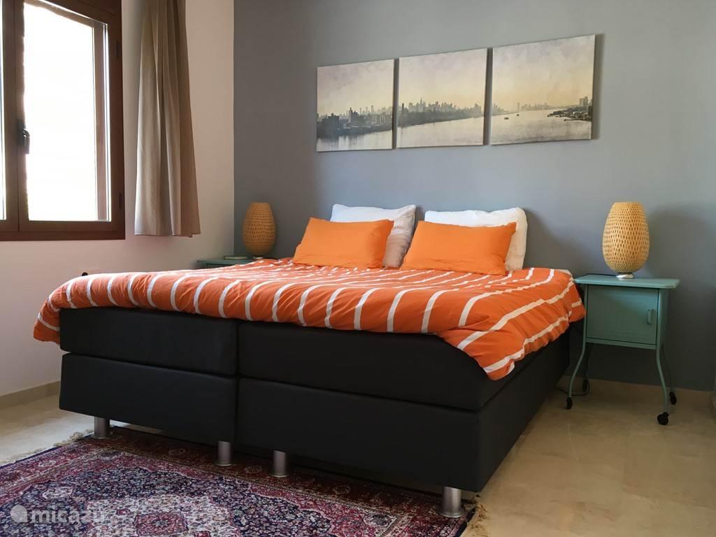 Slaapkamer met 2 persoonsbed of 2x 1 persoonsbed. De badkamer voorzien van bad met douch, wastafels en toilet.