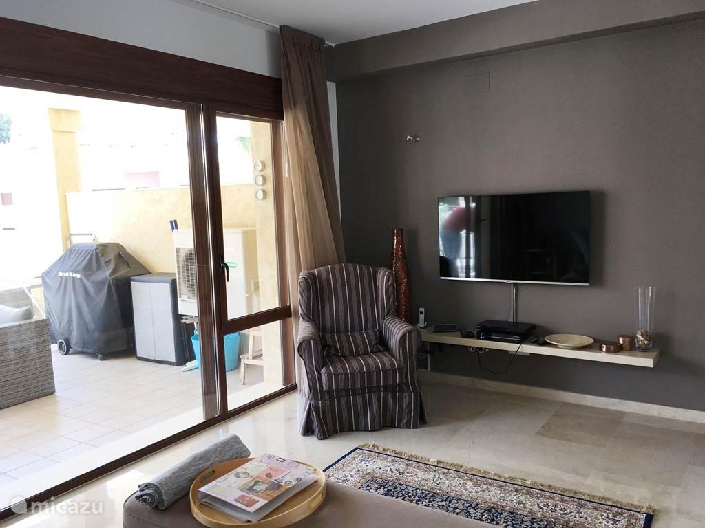 woonkamer met Nederlandse tv zenders