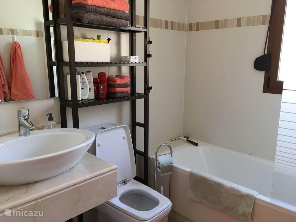 badkamer 2, met ligbad, douche, toilet en wastafel.