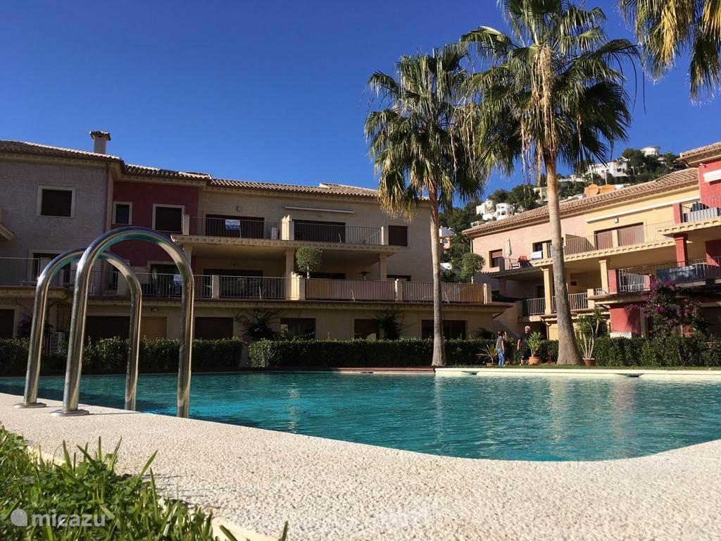 Direct uitzicht op twee buitenzwembaden temidden van de appartementen.