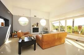 Ruime living met heerlijk uitzicht. Open verbinding met keuken. Grote schuifpui naar gallerij rondom huis.