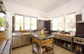Ruime keuken van ca. 20m2, open verbinding met de living en eetgedeelte. Heerlijk uitzicht naar buiten.
