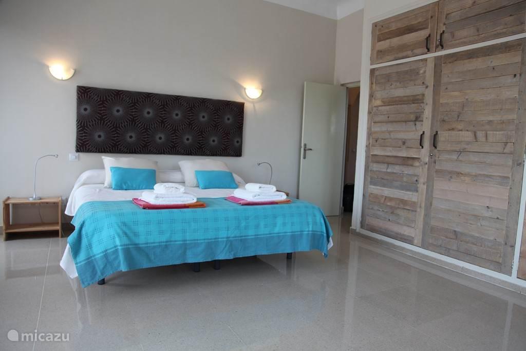 Slaapkamer 1 op de bovenverdieping. Heerlijke ruime slaapkamers met airconditioning.