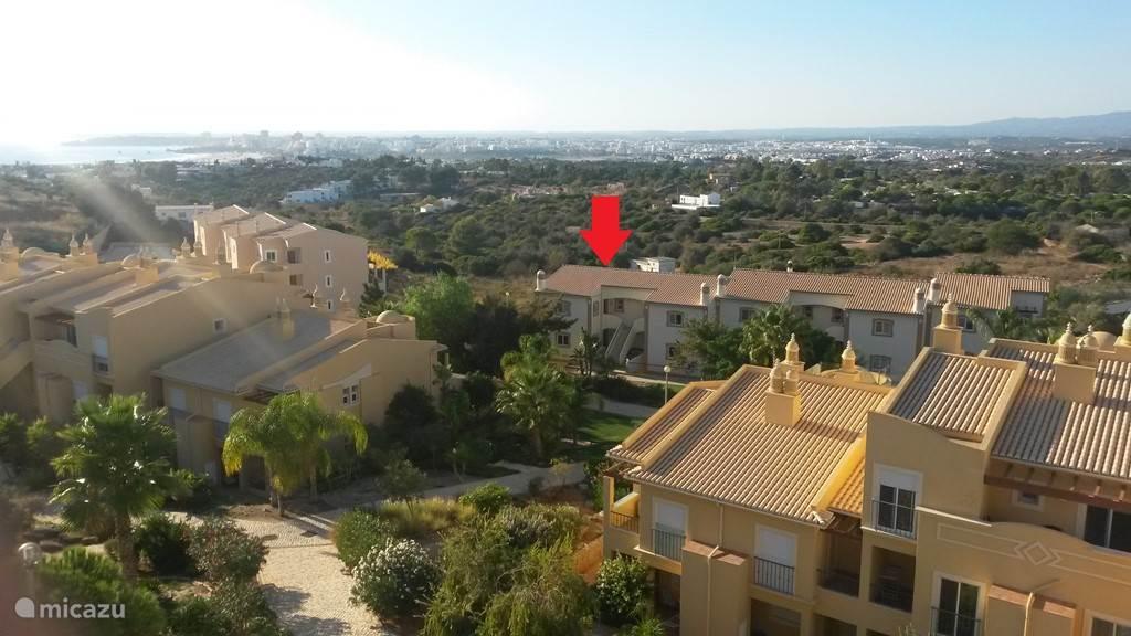 Het appartement bevindt zich onder de rode pijl op het gelijkvloers