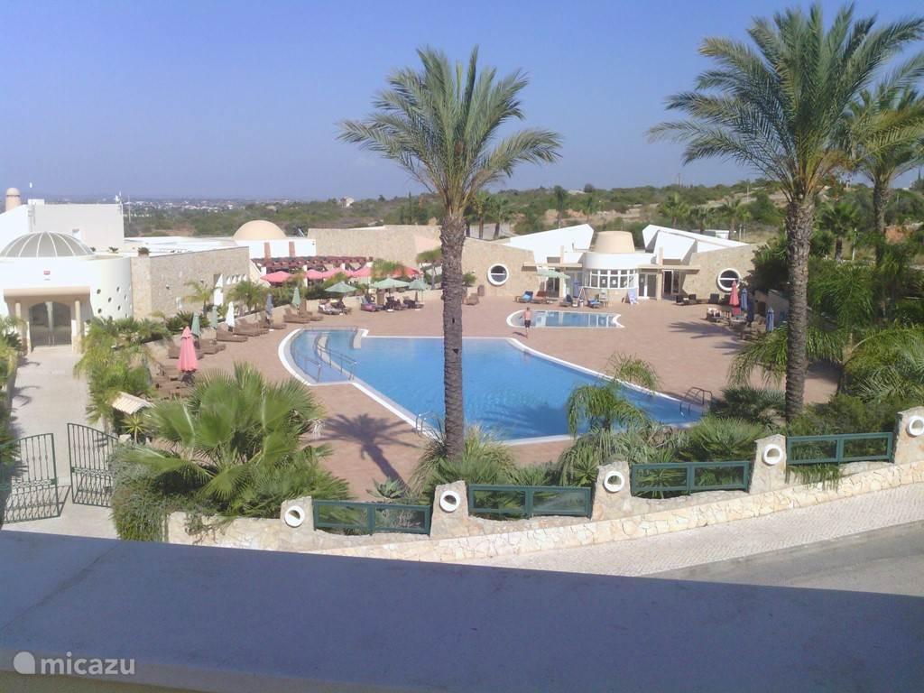 zicht op het zwembad bar en restaurant van Quinta da Boa Nova