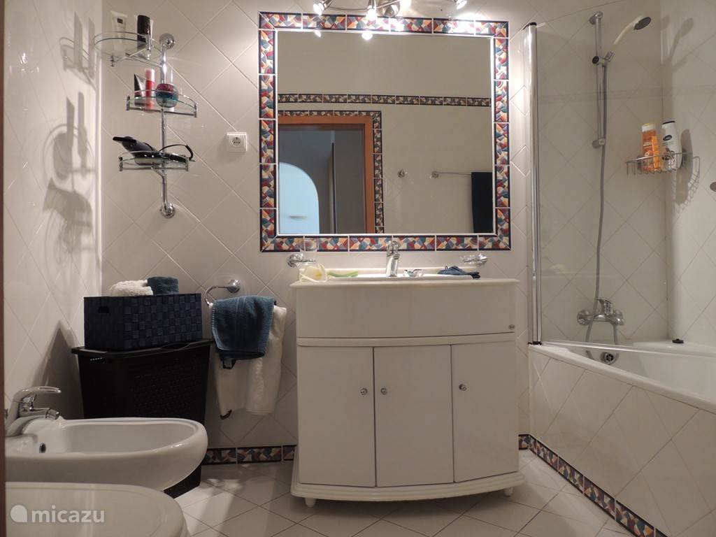 de badkamer in typisch Portugese steil