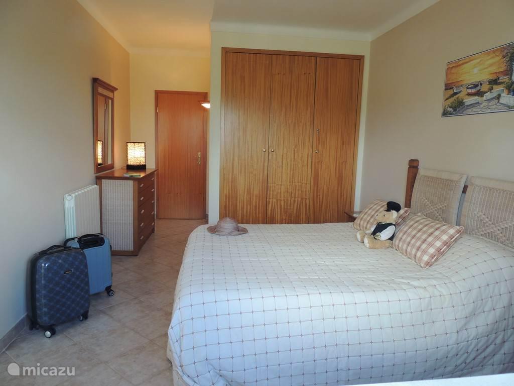 De Grote heel ruime  slaapkamer met dubbel bed en toegang naar het terras