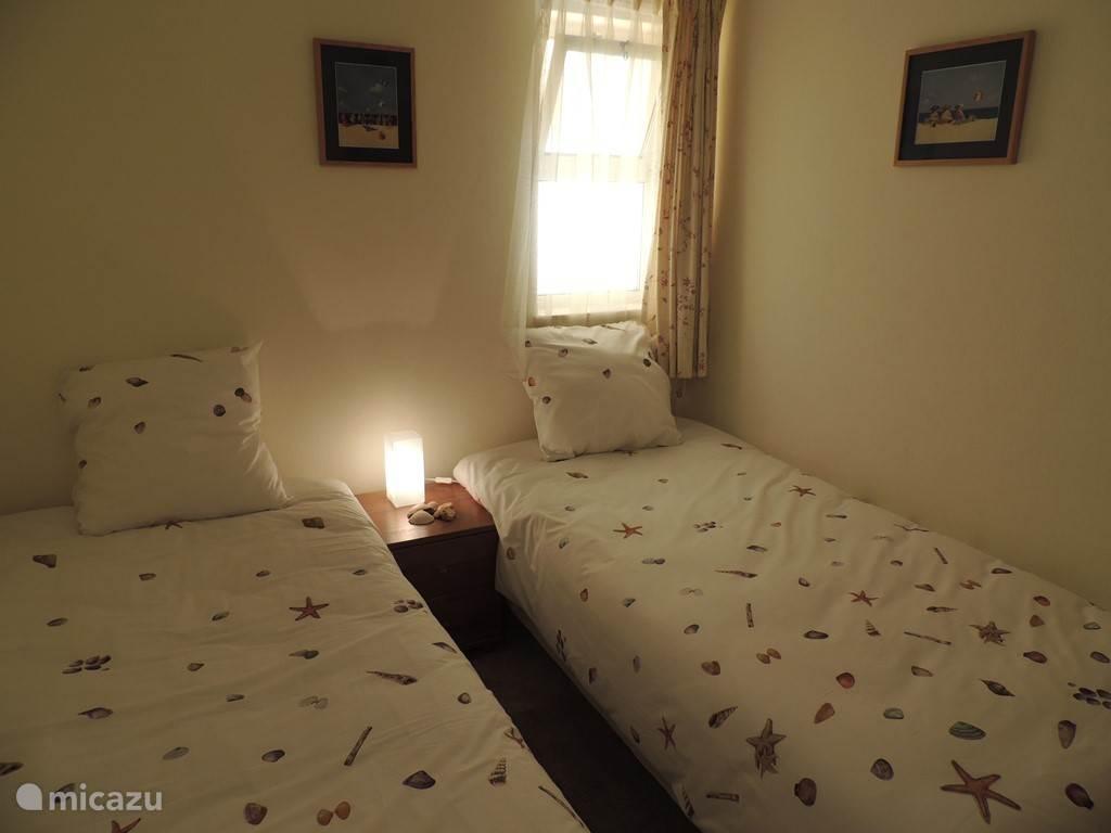 De  kleine slaapkamer met 2 enkele bedden