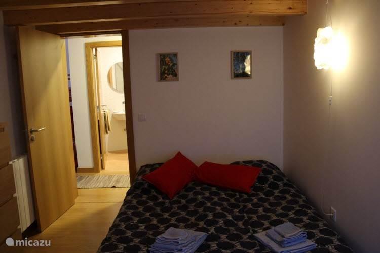 Mezzanine kamer met opgemaakte slaapbank