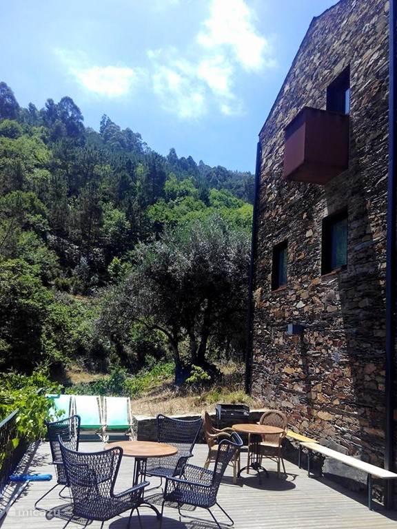 Het zwembadje met ruim terras en prachtig uitzicht ligt iets lager in het dorp en is open voor gasten.