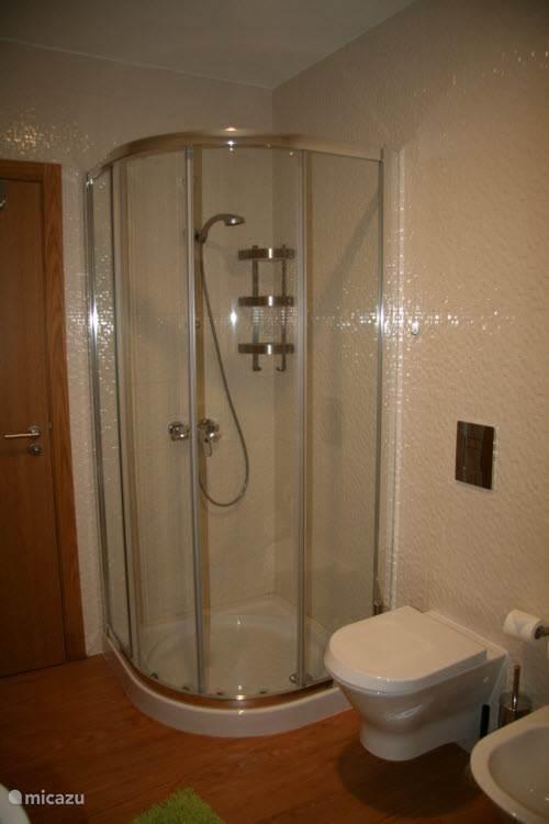 Er zijn twee douches in het huis. Deze is in de grotere badkamer.