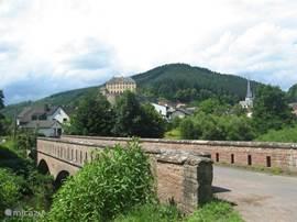 Het dorp Malberg, de brug over de Kyll. Alte Schule Malberg ligt in het hart van Malberg met uitzicht op het slot. Dit deel van de Eifel biedt veel mogelijkheden voor een zeer complete vakantie.