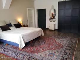Alte Schule Malberg 2. Ruime slaapkamer op de 2e verdieping met plaats voor 2 volwassenen en 2 kinderen