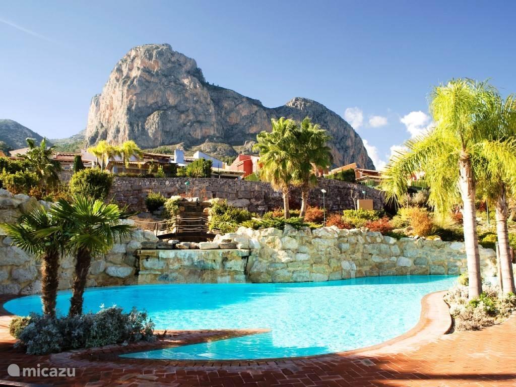 Luxe zwembad met schitterend uitzicht