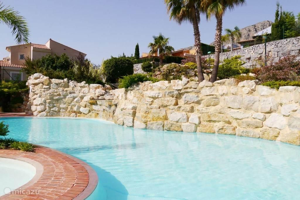 Zwembad met douche in mooi aangelegde en perfect onderhouden tuin.