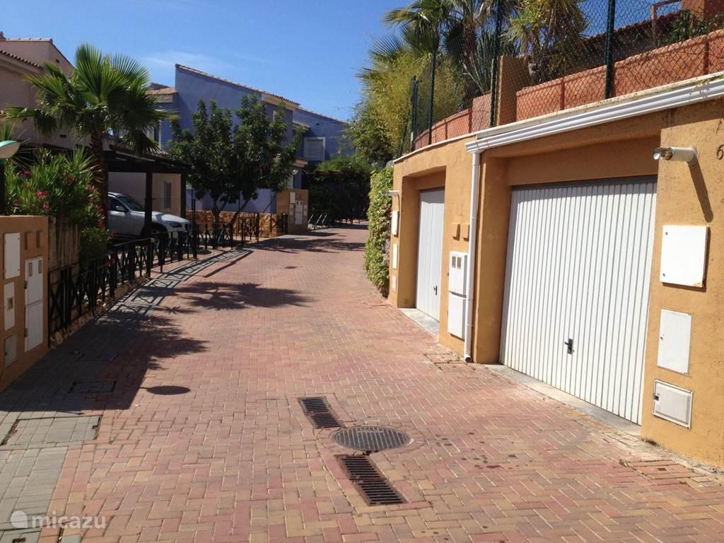 Ruime inpandige garage met plaats voor auto en boot, voorzien van automatische garagedeur. Villa is via trappenhal vanuit de garage te bereiken.