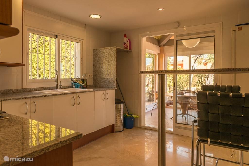 Keuken met schuifdeur naar afsluitbare patio