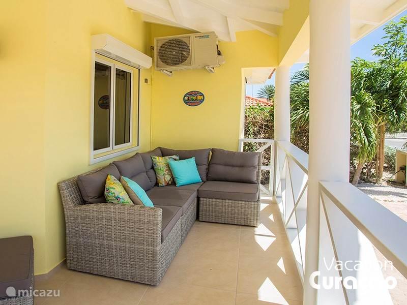 Terras voorzijde met loungebank