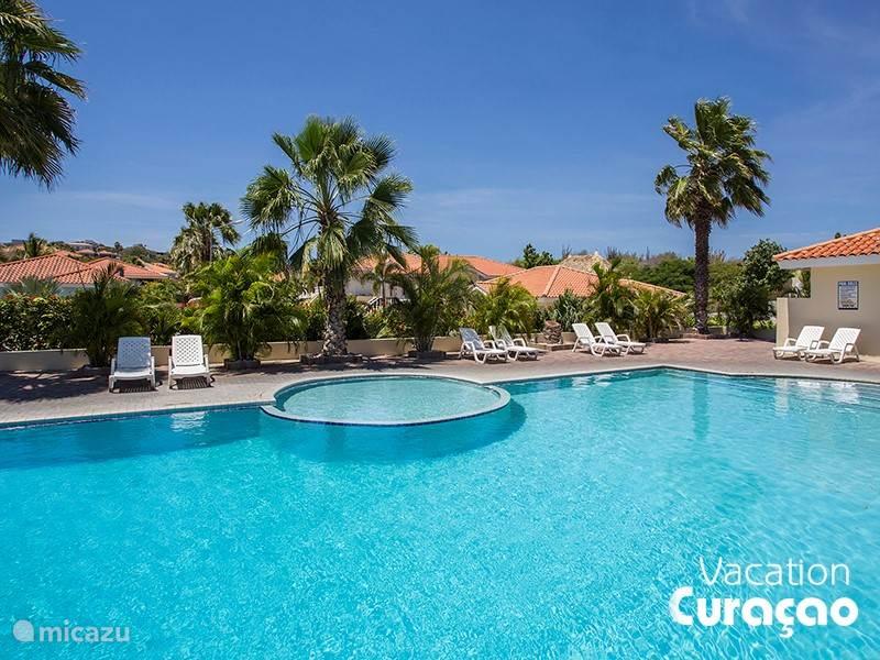 Gezamenlijk zwembad van het resort