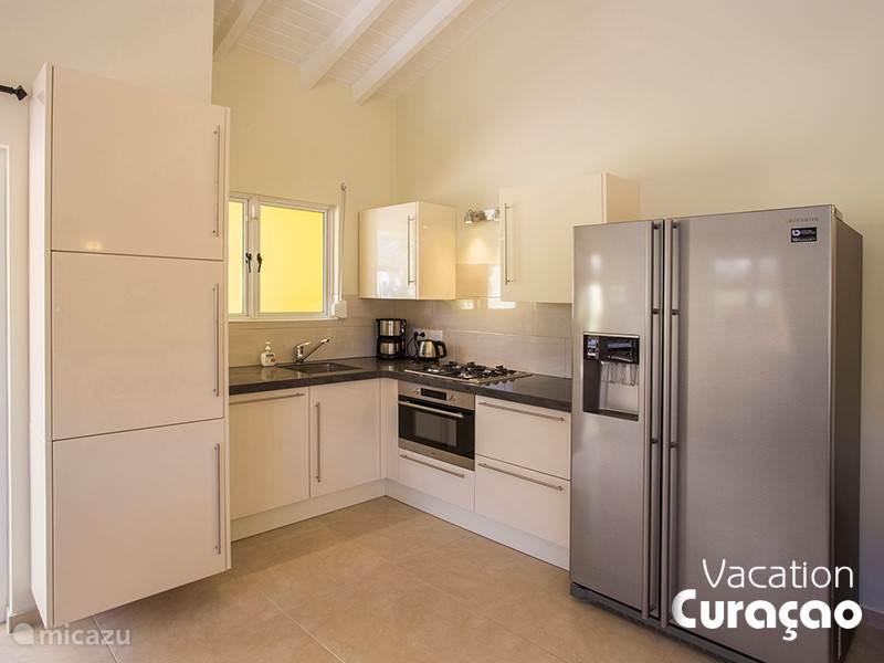 Luxe open keuken met oven, vaatwasser en Amerikaanse koelkast (ijsblokjesmachine plus koud water)