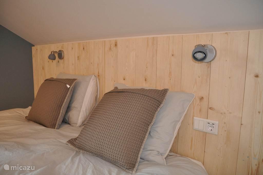 Bij elk bed zijn twee USB aansluitingen voor het opladen van telefoons en tablets