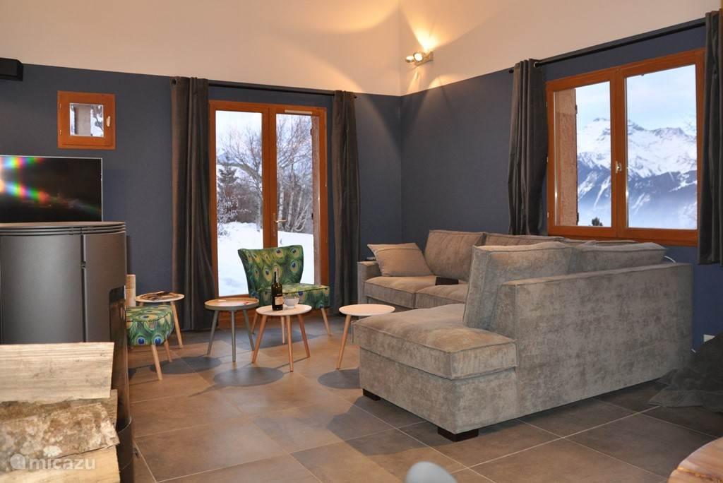 Woonkamer Chalet Rouge ou Blanc met uitzicht op de bergen, en de televisie waarop ook Netflix bekeken kan worden