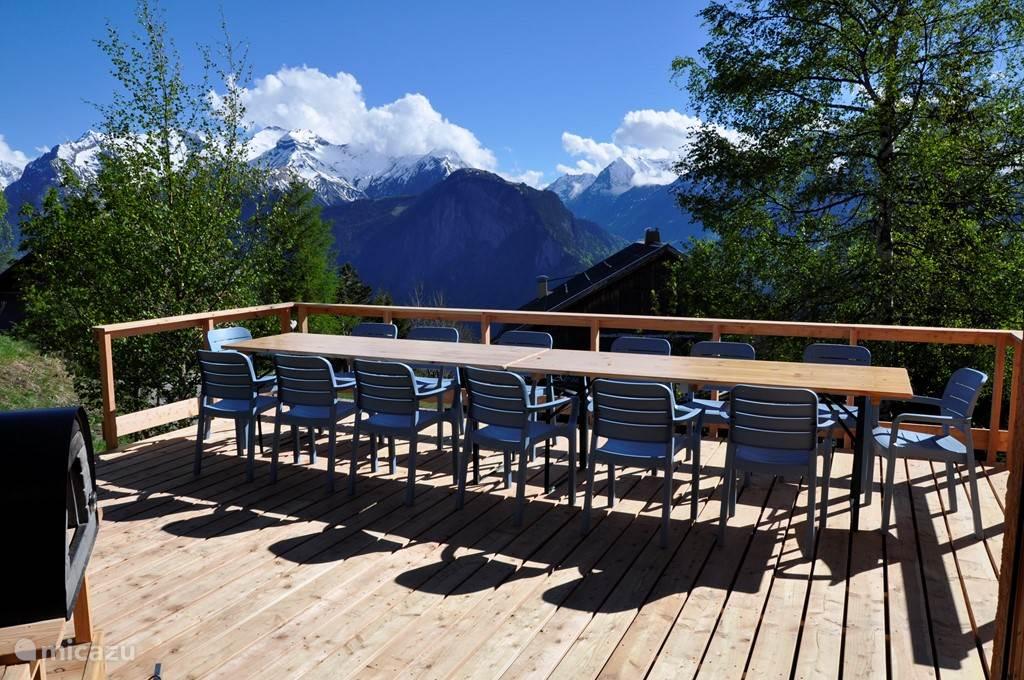 Het in 2017 aangelegde terras met uitzicht op de bergen