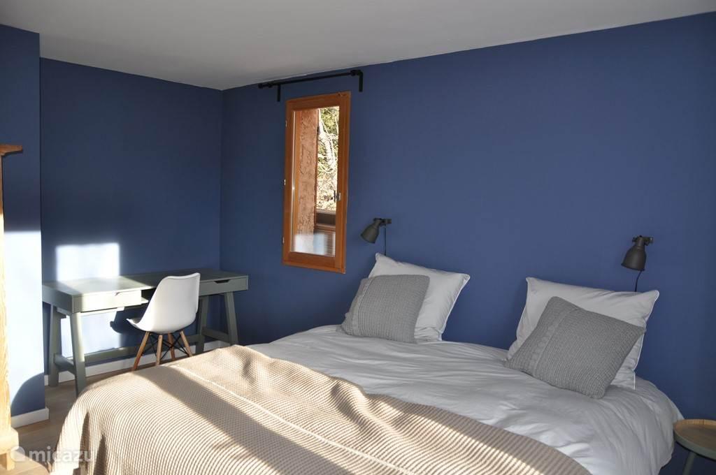 In slaapkamer 2 is ook een werkplek, waar rustig aan een laptop gewerkt kan worden.