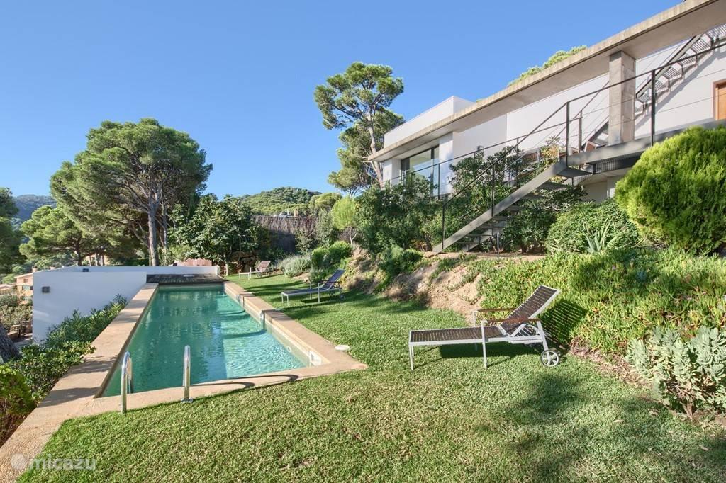 Het zwembad is 12x2 meter. Bij het zwembad beschikt u uiteraard over tuinmeubelen. Ligbedden, tafels en stoelen zijn aanwezig.