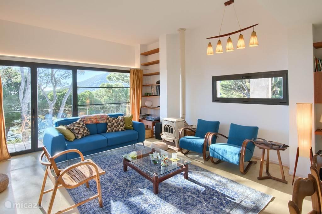 Het huis heeft een ruime woonkamer met een groot raam dat prachtig uitzicht biedt in de richting van Sa Tuna.