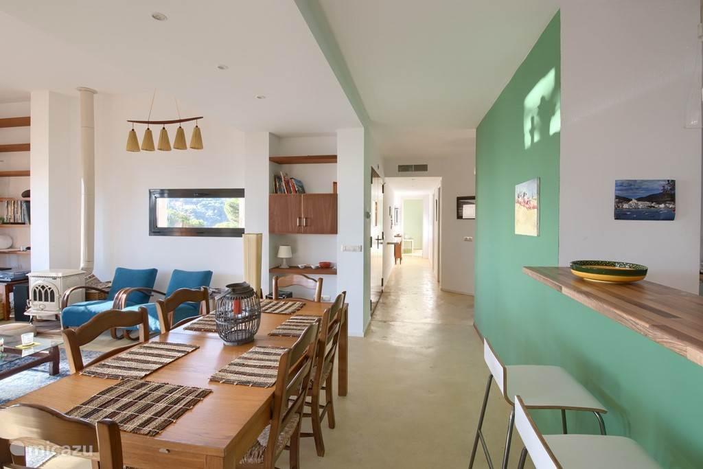 Aan uw linkerhand de woonkamer en rechterhand de keuken