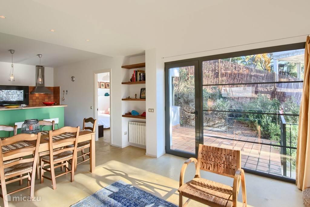 Binnen is het huis voorzien van Air Conditioning, waardoor u ook in de heetste zomerdagen heerlijk koel kunt slapen.