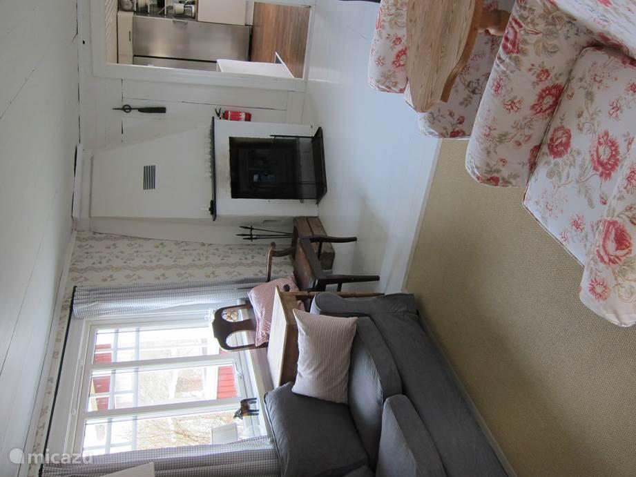 De woonkamer met blik op de keuken
