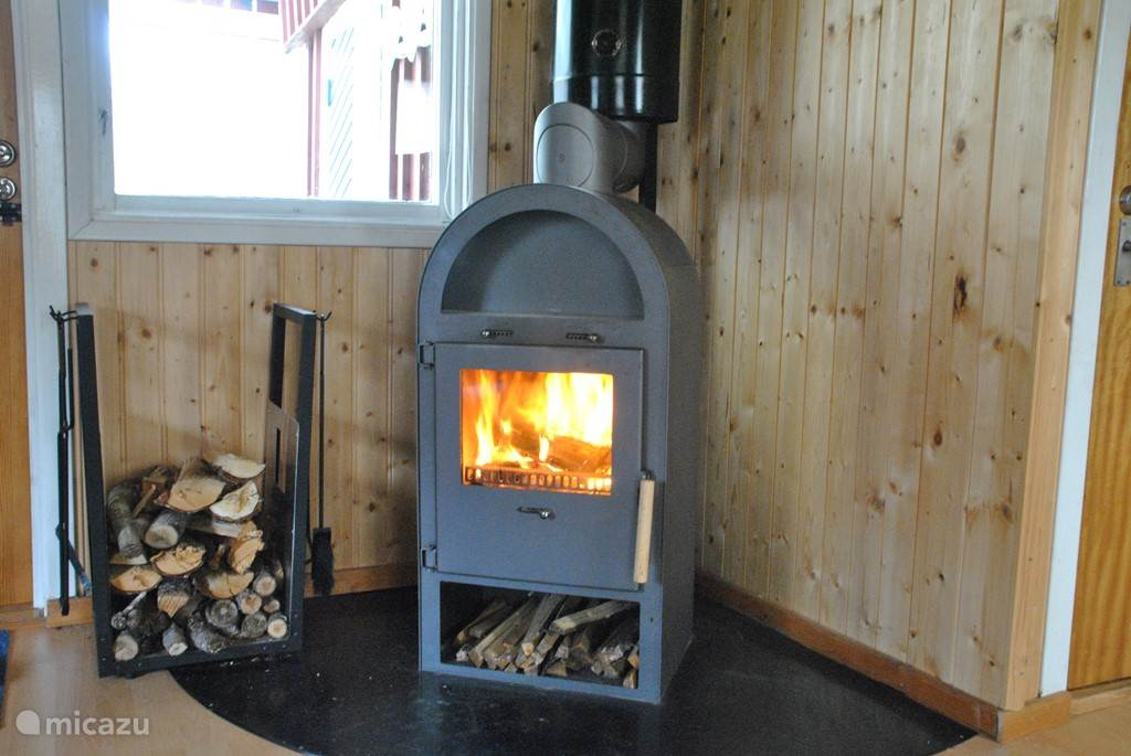 De lekkere houtkachel, die het gehele huisje kan verwarmen.