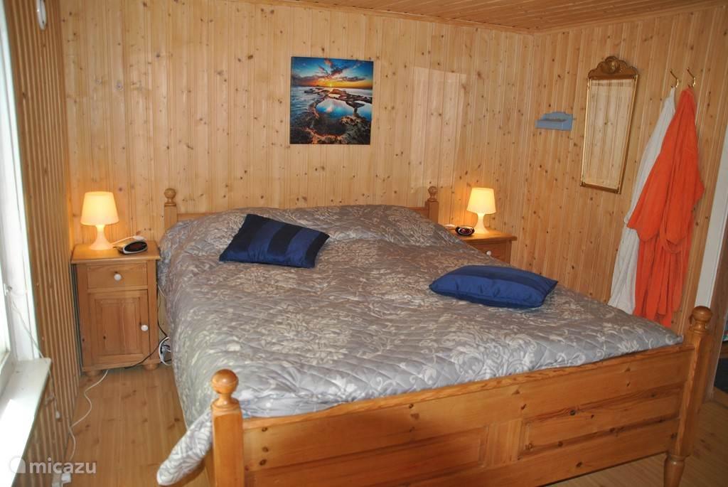 De slaapkamer met prima 2-persoonsbed.