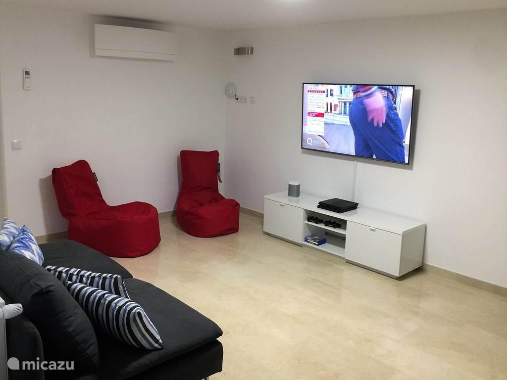 De Gameroom, het exclusieve domein voor kids! Er staat een breedbeeld HD TV met Canal Digitaal zodat de kids hun eigen TV kunnen kijken. Ook een Playstation met veel spellen en een laptop die u ook kunt gebruiken.