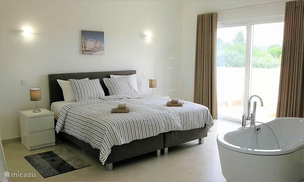 Als u slim bent zoekt u als eerste een slaapkamer uit. Ren naar de eerste verdieping en u vindt de Master Bedroom.