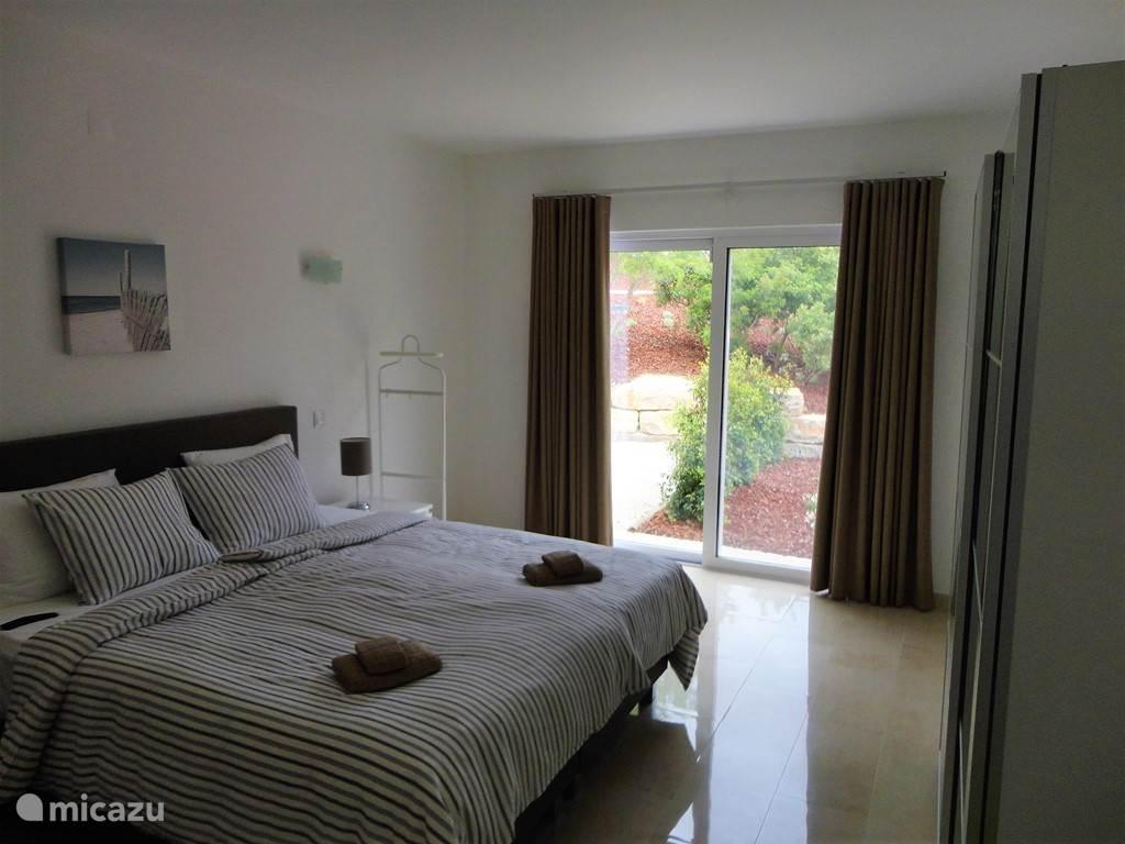 Ook als u een gewone slaapkamer treft heeft u een hoge kwaliteit boxspring, airco, badkamer en suite en HDTV met Netflix.