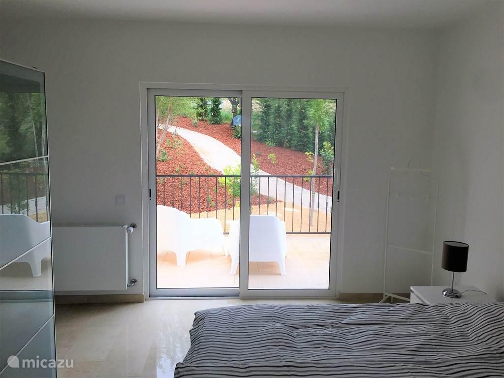 Bedroom with a view. Iedere slaapkamer heeft of toegang tot de tuin of een eigen terras.