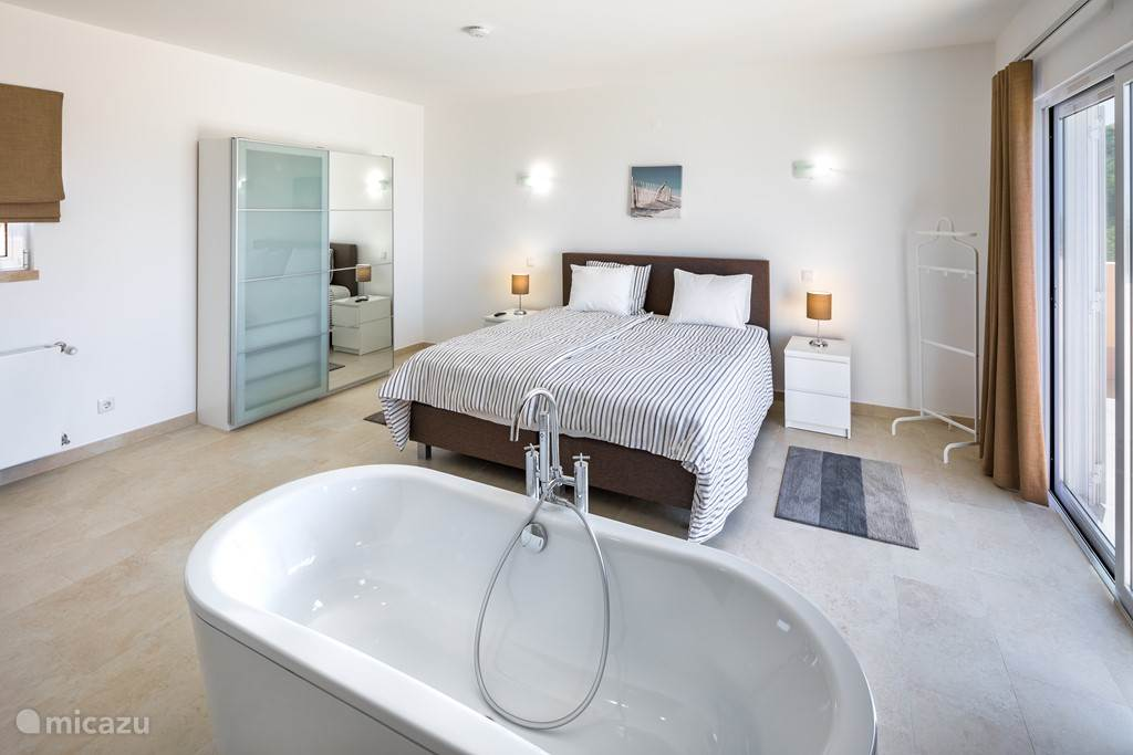 De Master Bedroom met het unieke ligbad en eigen terras. Huwelijksreis opnieuw doen?
