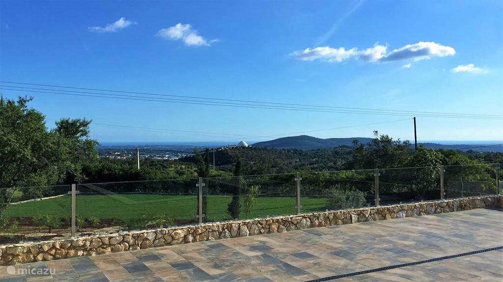 Uitzicht. Zee, kerk, Algarve. Adembenemend.