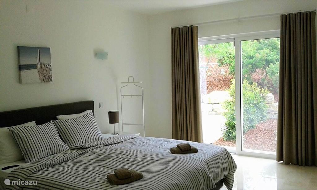 Slaapkamer met airco, badkamer en suite en hoge kwaliteit boxspring.