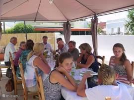 Deze laatste twee konden we u niet onthouden. Het zijn privéfoto's van onze families in de restaurants van de Algarve Hier ziet u ons heerlijk lunchen met Portugese vrienden; A Bela Vida, Het Mooie Leven!