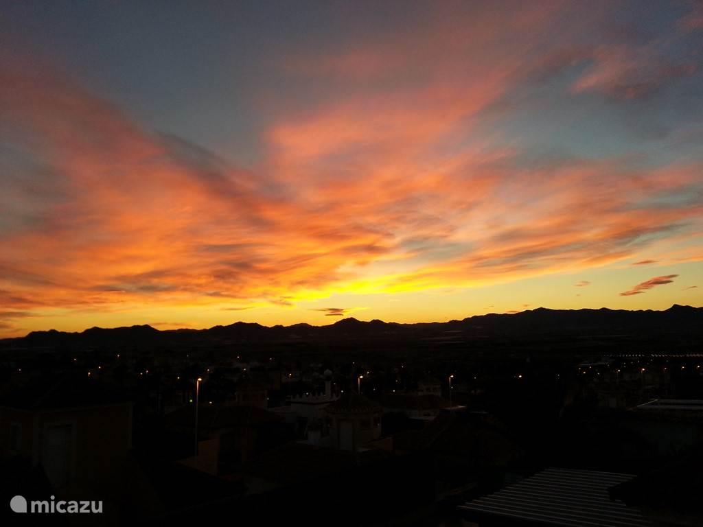 Zonsondergang te zien vanaf het terras