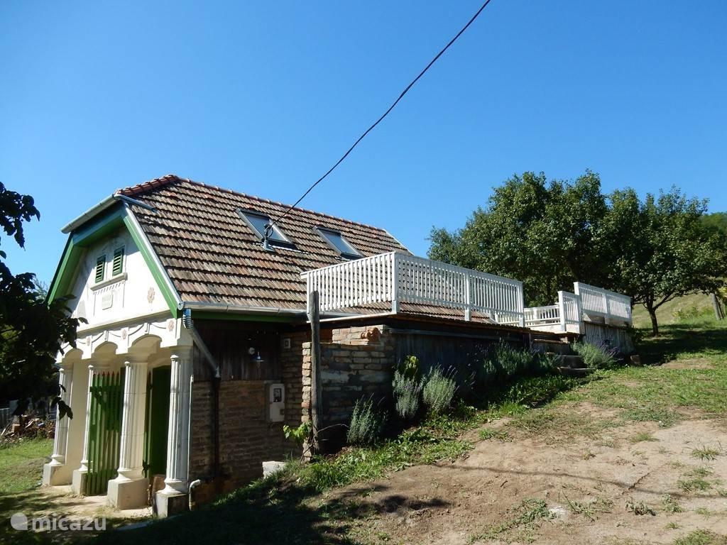wijn huisje Jacoba heeft een zeer ruim terras met uitzicht over de vallei