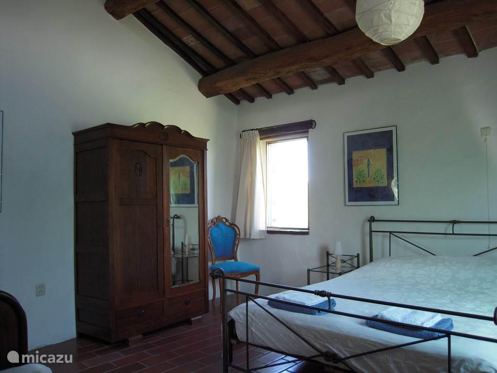 Slaapkamer met 3 bedden