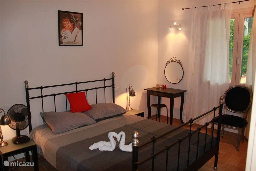 Grote slaapkamer met 2-persoonsbed.