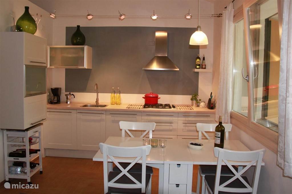 Keuken met kookgelegenheid, oven en vaatwasser.