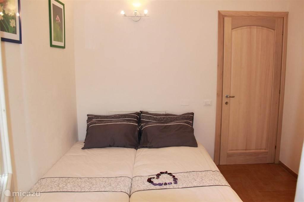 2e Slaapkamer met 2  (inklapbare)1-persoonsbedden.
